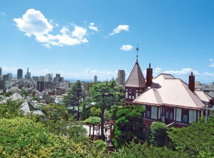 国の重要文化財に指定されている「風見鶏の館」(左)と「萌黄の館」