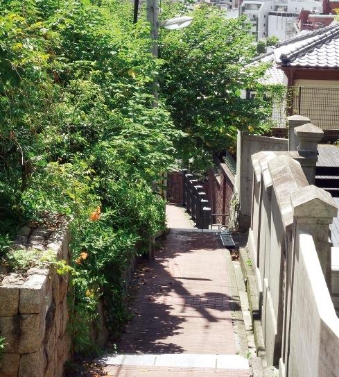 現在でもレンガ塀や小道が残る
