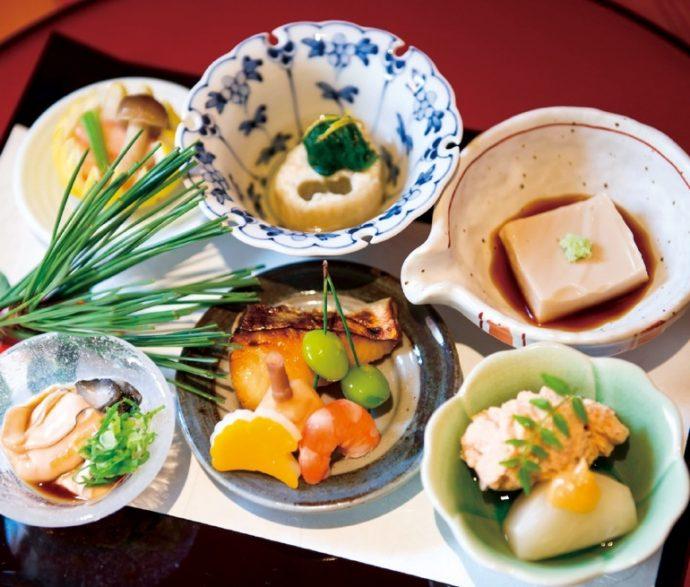 この日のコースは自家製ごま豆腐や北海道・仙鳳趾(せんぽうし)産のかきなど