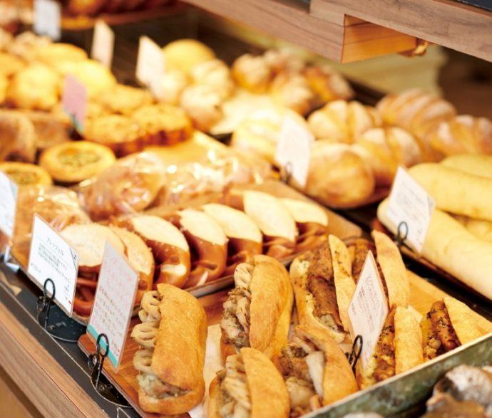 旬の野菜やフルーツを使った焼きたての総菜パン、菓子パン