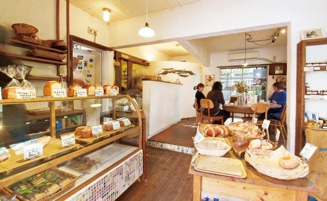 パンの香りがする店内は木の床やテーブルなどナチュラルな雰囲気