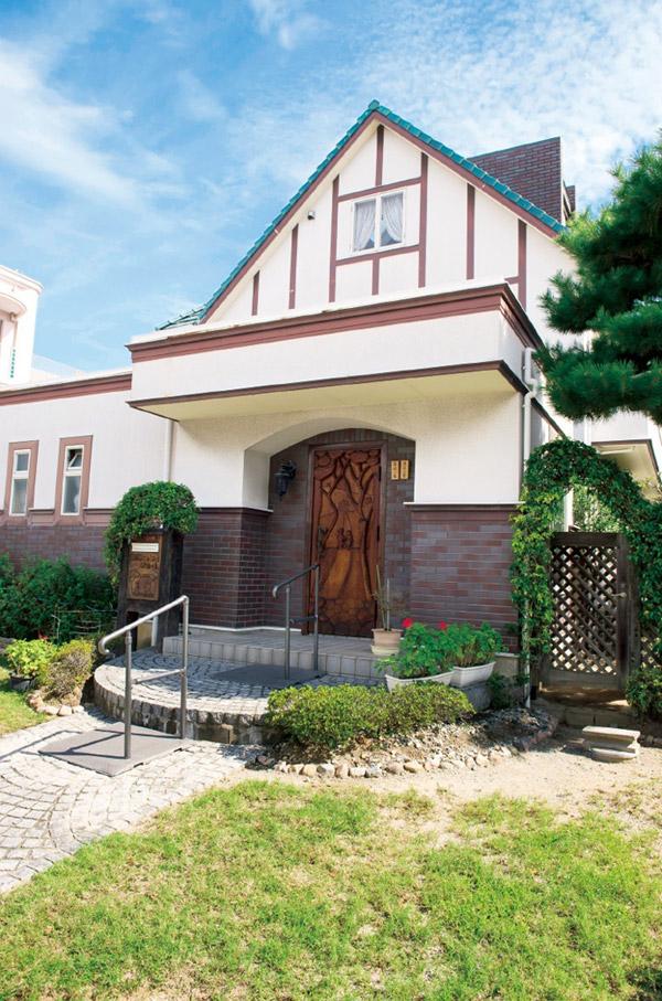 渡辺さんの自宅のドアも、木彫の作品