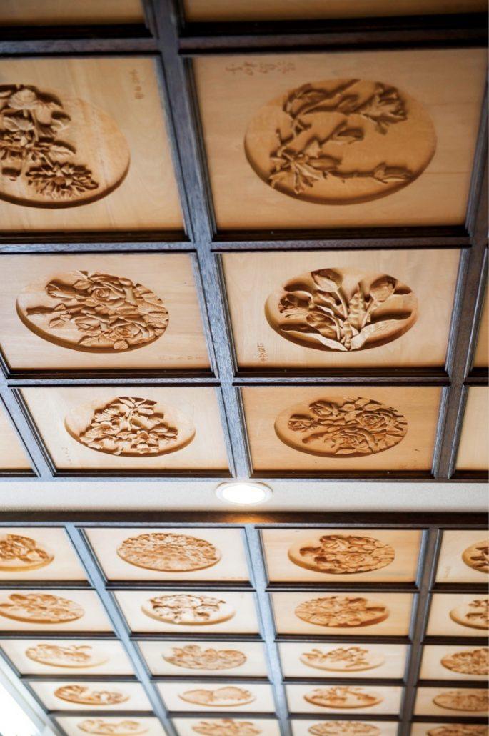 アトリエの天井には、師範たちの作品が