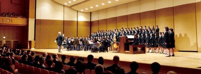 オープニングでは、神戸市室内合奏団と本学創立50周年記念合唱団が、山本裕之学長指揮のもと「ハレルヤ・コーラス」を熱唱