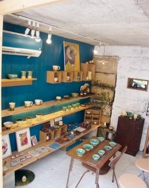 紅型陶器の他に、原っぱやおうちなどを描いた夢シリーズの陶器など、温かみある作品がずらり。沖縄県の作家さんのアクセサリーや紅型の染物も販売