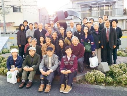 東川崎町にある横溝正史生誕碑の前で参加者の皆さん